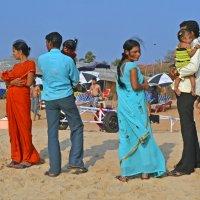 Индия. Калангут. Две молодые семьи пришли на пляж :: Владимир Шибинский