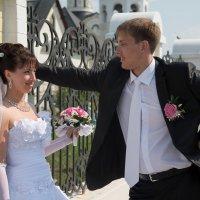 Прогулка возле церкви :: Александр Фищев
