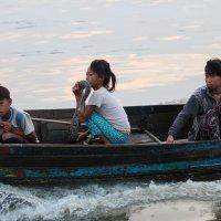 Дети в лодке и питон :: Ilona An