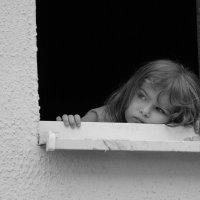 девочка в окне :: Денис Ануфриенко