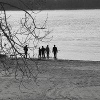 на берегу реки :: Арсений Корицкий