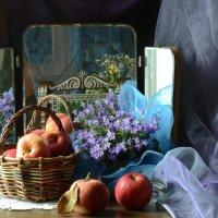 У зеркала,с яблоками... :: Романенко Людмила Ивановна