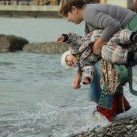 А всего-то хотели потрогать водичку. :: Larisa Gavlovskaya