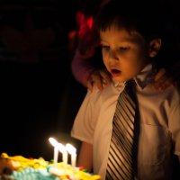 Мальчик задувает свечки :: Дмитрий Маслов