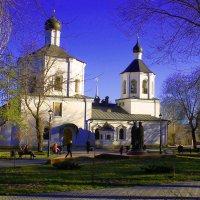 Храм в городском сквере :: Павел Чернов