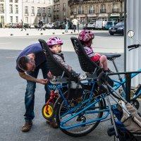 Велосипедисты.... :: Ирина Краснобрижая