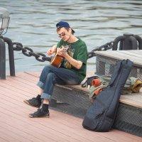Гитарист у реки :: Дмитрий Сушкин