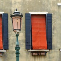 Фонарь, окно, стена... :: Юрий Казарин