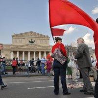 Много яркой красной краски,  что получше надевай! :: Ирина Данилова