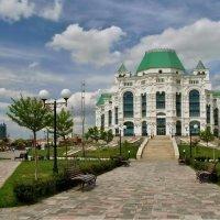 У оперного театра в Астрахани :: Игорь Кузьмин