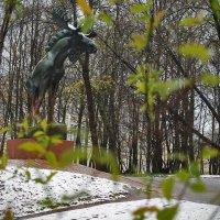 Лось с удивлением смотрел на распустившуюся зелень и выпавший снег :: Марина Шубина