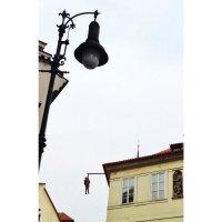 Зигмунд Фрейд изящно висит на балке в Праге :: Ирина Егорова