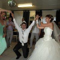 танец жениха с сестрами :: Александр Сендеров