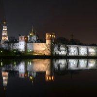 И действо невзначай переместилось на гладь Новодеви́чьего пруда... :: Александр Тарасенков
