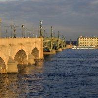 Теплоход у Троицкого моста :: Valerii Ivanov