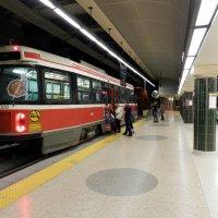 В Торонто трамвай въезжает по туннелю на ст. метро :: Юрий Поляков