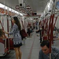 Метро в Торонто (весь поезд - один длинный вагон ) :: Юрий Поляков