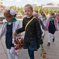 С цветами к вечному огню :: Svetlana Zueva