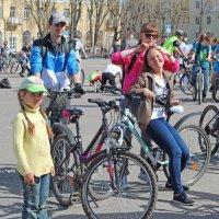 Северодвинск. Велопарад. Семейная картинка 2 :: Владимир Шибинский