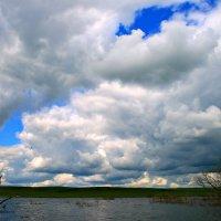 Плывут по небу облака, Скользят бесшумно над землёю... :: Евгений Юрков