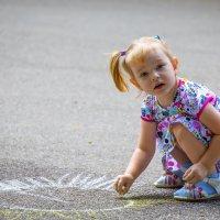 Девочка рисует солнце на асфальте :: Николай Николенко