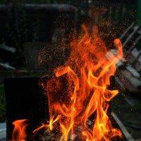 Огонь разрушает окончательно и бесповоротно. :: Алина Фирсанова