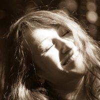 Смейся — и весь мир будет смеяться вместе с тобой, плачь и ты будешь плакать в одиночестве :: Светлана Шмелева