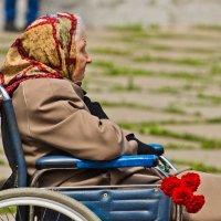 Бабушка на митинге. :: Виктор Евстратов