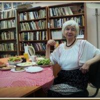 Талантливая гардеробщица библиотеки Галина Черемных пишет стихи, поёт, выпускает книги на свои... :: Ольга Кривых