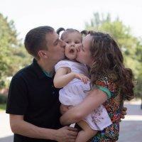 Семья на прогулке :: Никита Пищов
