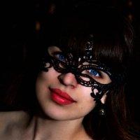Эти алые губы в тени ночи и свет её глаз, очаровал меня молча :: Татьяна Надрова