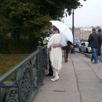 Молодожены - частые гости на мостике через Лебяжью :: Lyubov Zomova