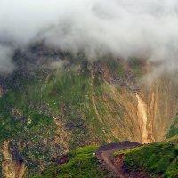С высоких гор спускается туман :: Vladimir Lisunov