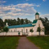 Церковь в Белорусском сквере :: Михаил Александров