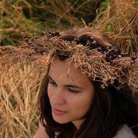 Девушка на сене с венком :: Наталия Снигирёва
