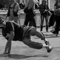 И опять эти танцы на улице. :: Александр Степовой