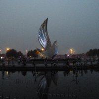 Главная скульптура Олимпийского парка - Голубь мира (вечерний вариант) :: Галина