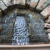 Мини-водопад из стены Королевского Дворца. :: Александр Лейкум