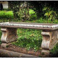 Скамейка в храме :: Леонид