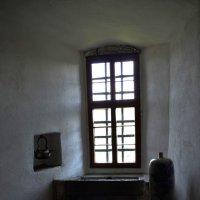 Стену раскрасив полосками белыми, свет достал, куда смог... :: Лидия Цапко
