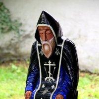 В монастырском дворике :: Ирина Фирсова
