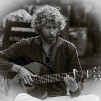 Портрет с гитарой W/B«Израиль, всё о религии...» :: Shmual Hava Retro