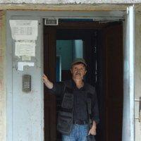 Автопортрет на пороге дома своего. :: Анатолий Пашковский