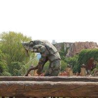 Статуя зверя хочет напугать зрителей :: Полина Белушкина