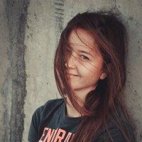 лёгкий ветерок сыграл свою маленькую роль на фотосесии :: Юля Городнова