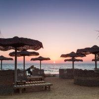 Восход на пляже :: Михаил Савастинкевич