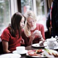 Сидят девчонки, сидят в сторонке, смартфоны в руках теребят... :: Татьяна Губина