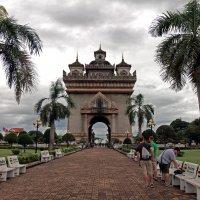Лаос. Вьентьян. Патусай - триумфальная арка в честь победы над Францией в войне за независимость :: Владимир Шибинский