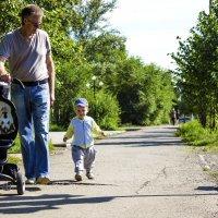 На прогулке с папой :: Viktor Сергеев