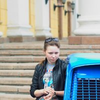 Девушка стерегущая машину. :: Александр Андрианов